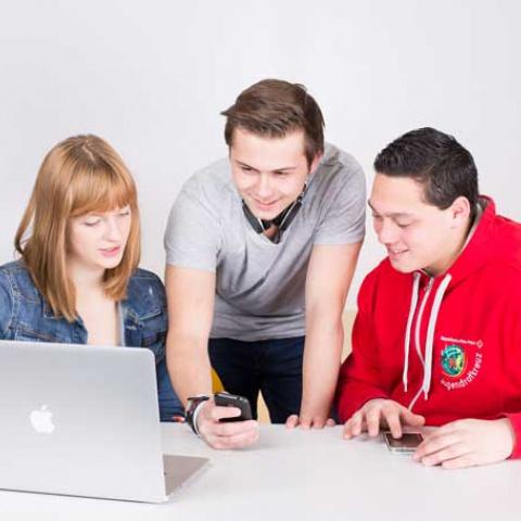Drei Jugendliche sufen im Internet.
