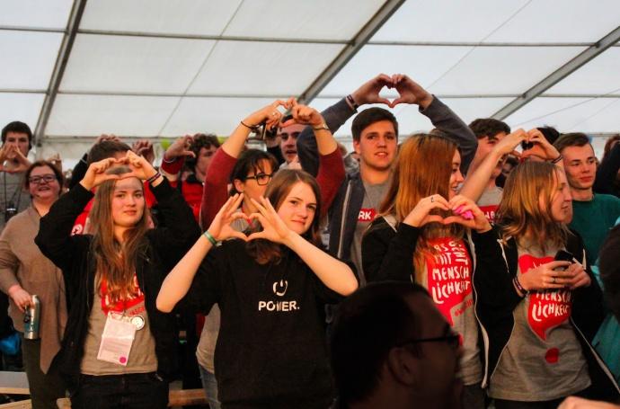 Jugendrotkreuzler zeigen das Herz mit den Händen